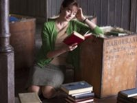 La protagonista mentre legge uno dei libri della sua nuova libreria