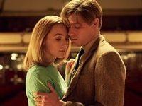 I due protagonisti si abbracciano fantasticando del loro futuro nella sala da concerti in cui Florence lavorava durante gli studi di musica