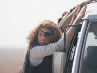 La Pike nei panni di Marie Colvin in A Private War