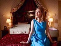 Florence Potting (Saoirse Ronan) seduta sul letto della camera in cui trascorrerà la prima notte di nozze con il giovane sposo Edward Mayhew