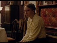 Joe in una scena mentre osserva impotente il venire meno delle sue certezze familiari.