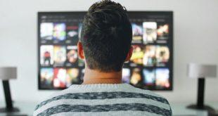 Uomo che guarda programmi in streaming